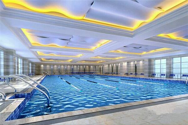 带泳池的健身俱乐部